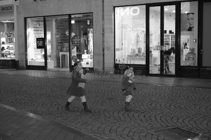 Maastricht, holandie, robiący zakupy ulicę, evening. fotografia stock