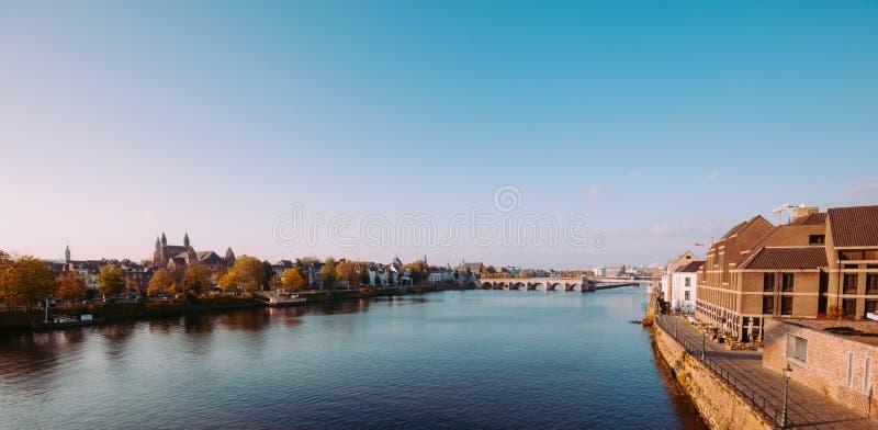 Maastricht op de rivier stock afbeeldingen