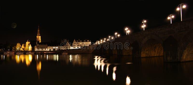 Maastricht på natten, i Nederländerna arkivfoton