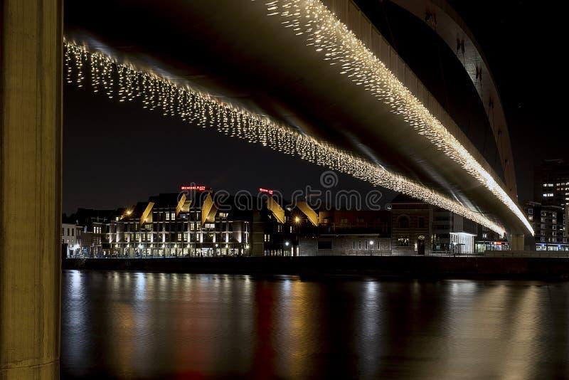 Maastricht por noche con la reflexión fotografía de archivo