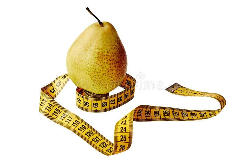 Maatregelenband en vers die fruitpeer over witte achtergrond wordt geïsoleerd Verliesgewicht, slank lichaam, gezonde voedingconce stock foto