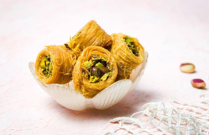 Mabrouma, un dessert arabe avec la pistache photos stock
