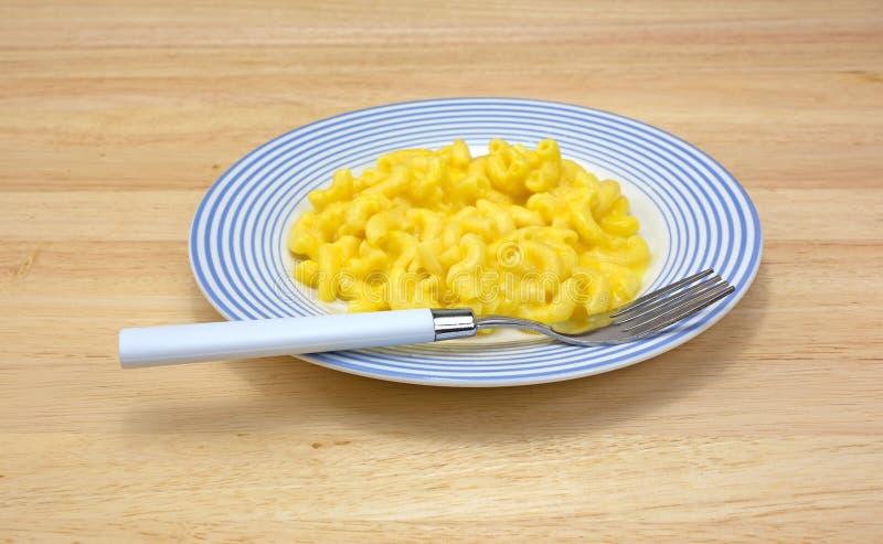 Mac和乳酪在板材有叉子的 免版税库存照片