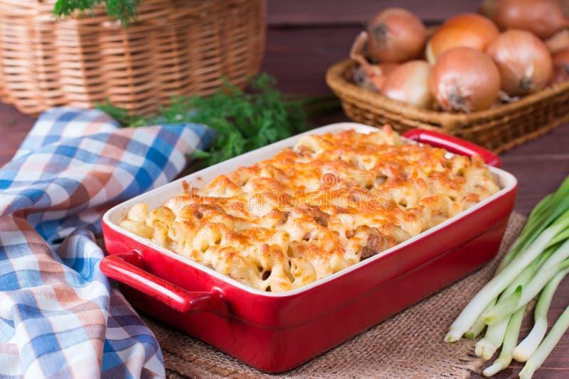Mac и сыр, американские макаронные изделия макарон стиля в притворном соусе стоковые изображения rf