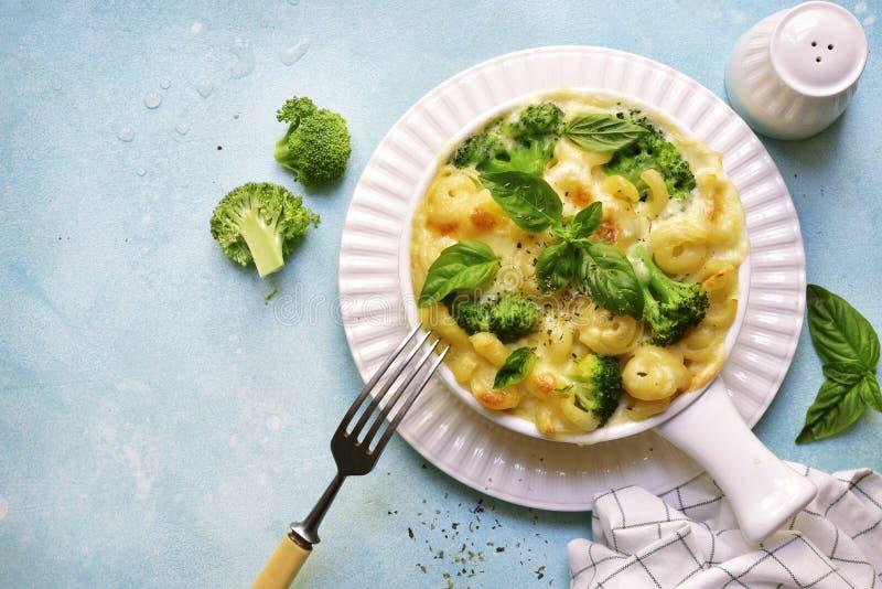 Mac и сыр с брокколи Взгляд сверху стоковые изображения rf