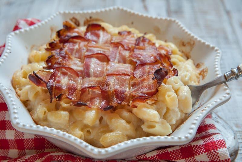 MAC en kaas met bacon stock afbeeldingen