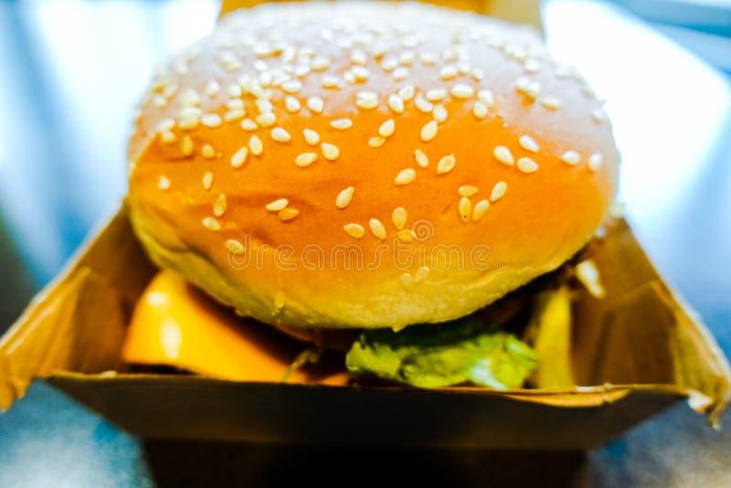 Mac Hamburger grande en McDonald fotos de archivo
