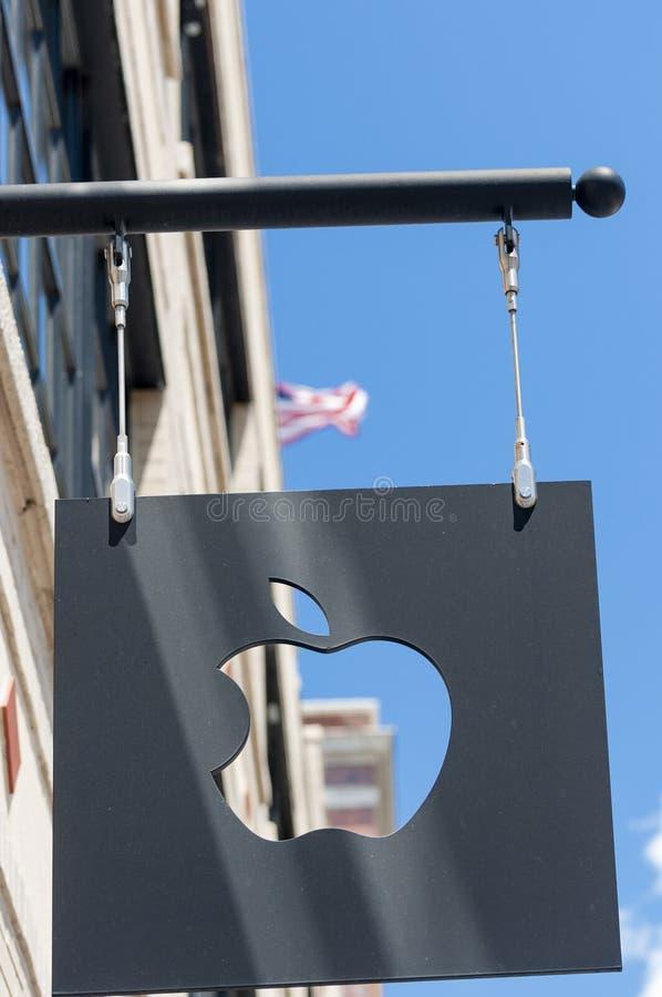 Mac Store assina dentro o Midtown Manhattan imagem de stock royalty free