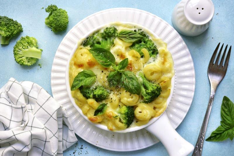 Mac y queso con bróculi Visión superior imagenes de archivo