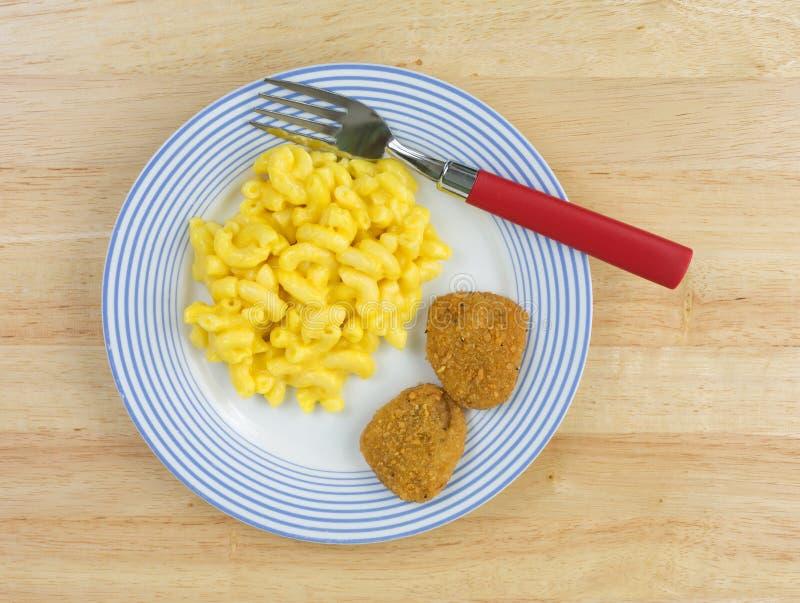 Mac y queso con las pepitas de pollo imagen de archivo libre de regalías