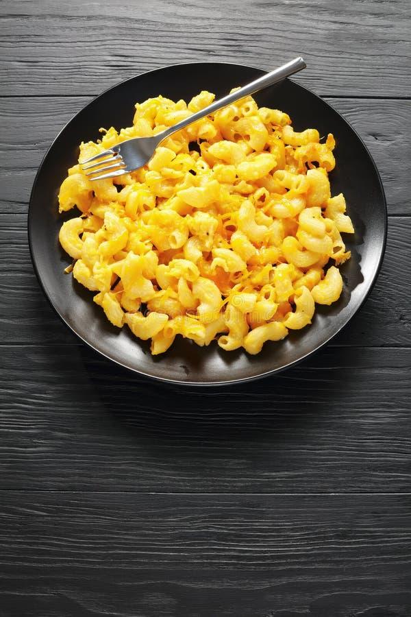 Mac y queso servidos en la placa negra fotografía de archivo libre de regalías
