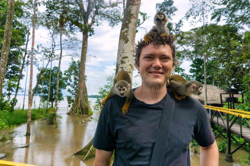 Macacos em um homem imagem de stock