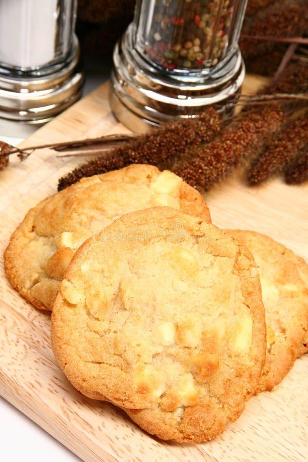 Macadamia-Mutter und weiße Schokoladen-Plätzchen lizenzfreie stockfotos