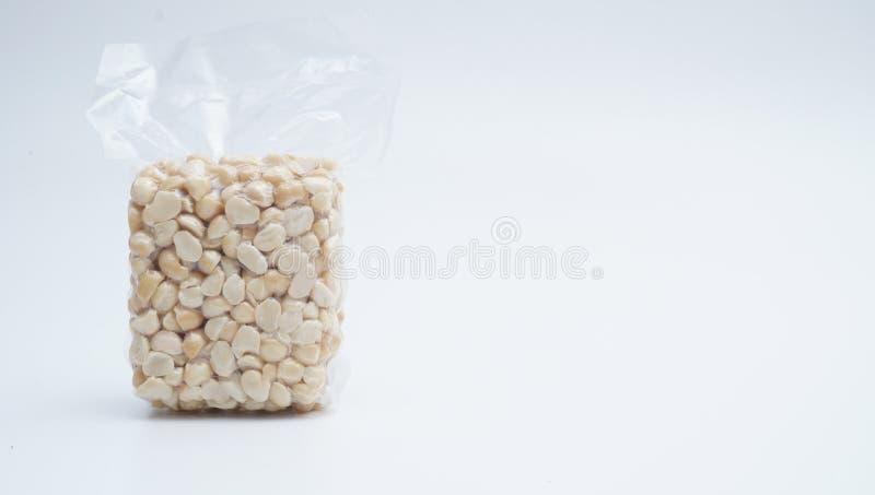 Macadamia Nut w próżniowym plastikowym worku na białym tle obraz royalty free