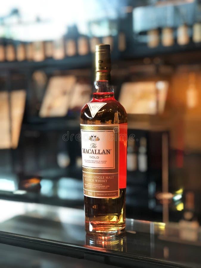 Macallan guld- whiskyflaska royaltyfria bilder