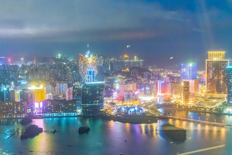 MACAO, CHINA - ABRIL DE 2014: Horizonte de la ciudad en la noche Macao es un fam imágenes de archivo libres de regalías