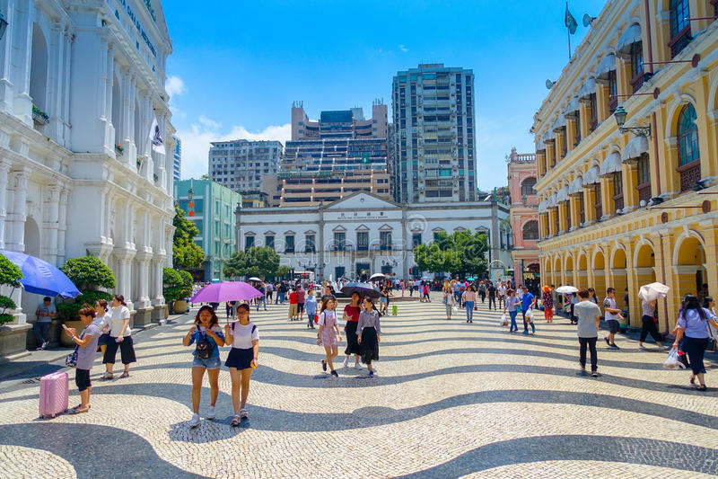 MACAO, CHINA 11 DE MAYO DE 2017: Una gente no identificada que camina cerca del instituto de la oficina cívica y municipal de los imagenes de archivo