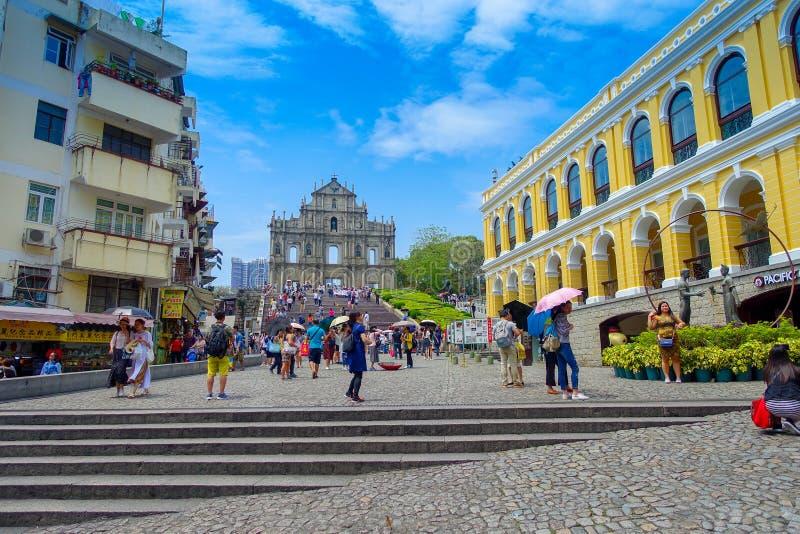 MACAO, CHINA 11 DE MAYO DE 2017: Una gente no identificada que da une vuelta de las ruinas de la catedral del ` s de Saint Paul,  imagen de archivo libre de regalías