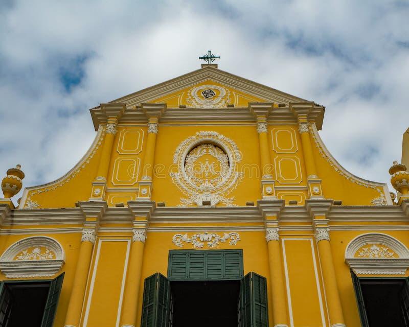 MACAO, CHINA - NOVEMBER 2018: Gele voorgevel met blinden van de St Dominic kerk met het Portugees en Macanese-eigenschappen stock afbeelding
