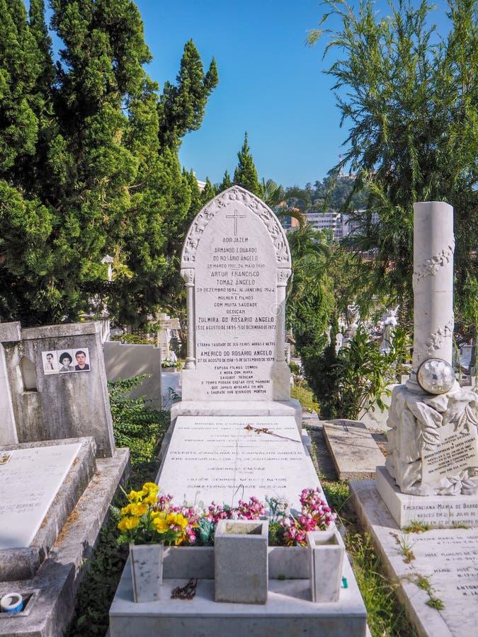 MACAO, CHINA - NOVIEMBRE DE 2018: Sepulcro portugués y chino de Macao católico en el cementerio de la capilla de San Miguel foto de archivo