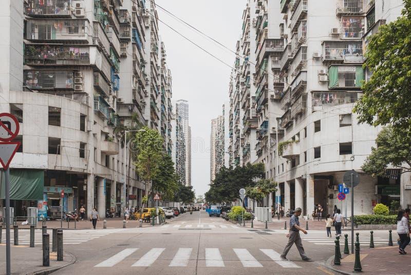 Macao, Cina - 5 maggio 2018: La gente sta camminando attraverso l'attraversamento nella comunità e negli edifici residenziali immagini stock