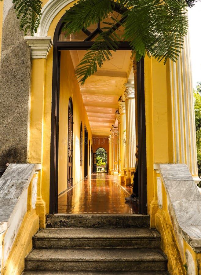 MACAO, CINA - NOVEMBRE 2018: Il corridoio lungo del corridoio di Qingcao nel giardino pubblico di Lou Lim Leoc, una combinazione  fotografia stock
