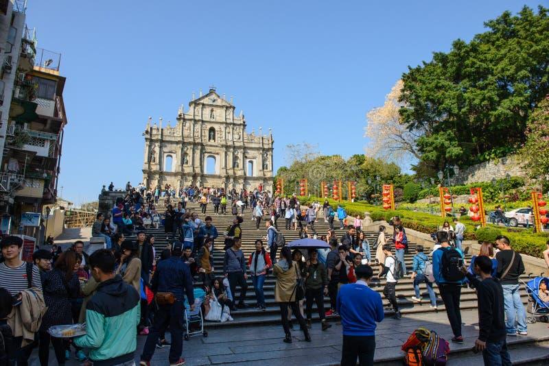 Macao, Macao - Februari 15, 2017: Vele mensen nemen foto met Ruïnes van St Paul ` s waar werelderfenis is stock foto's