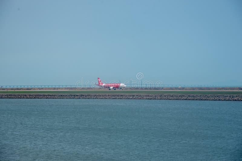 Macao flygplats med flygplan på landningsbana arkivfoto