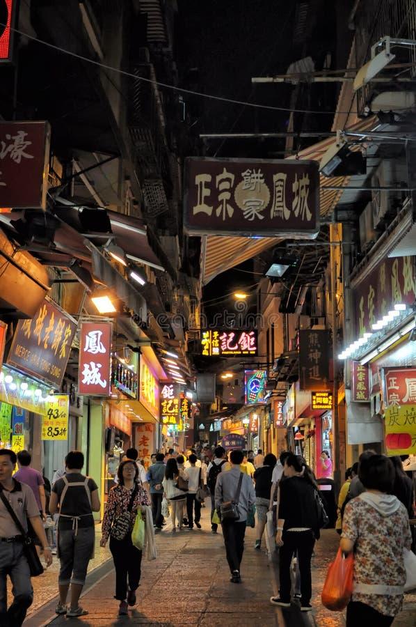 Macao folk` s Republiken Kina - Oktober 18, 2012: Nattshoppinggata arkivbilder
