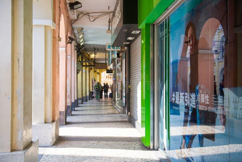 Macao - 16 gennaio 2018: Turista che cammina lungo la via dentro la a fotografie stock libere da diritti