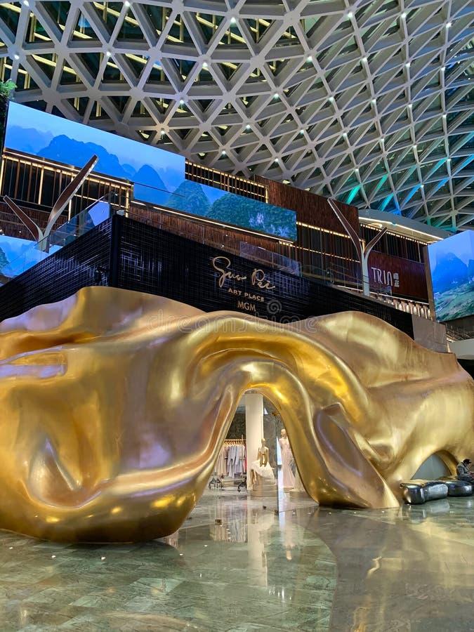 Macao Kina: Guo Pei Art Place modern och stilfull inre sikt i Macao Sikt av harmoniinstallation som göras av arkivbilder