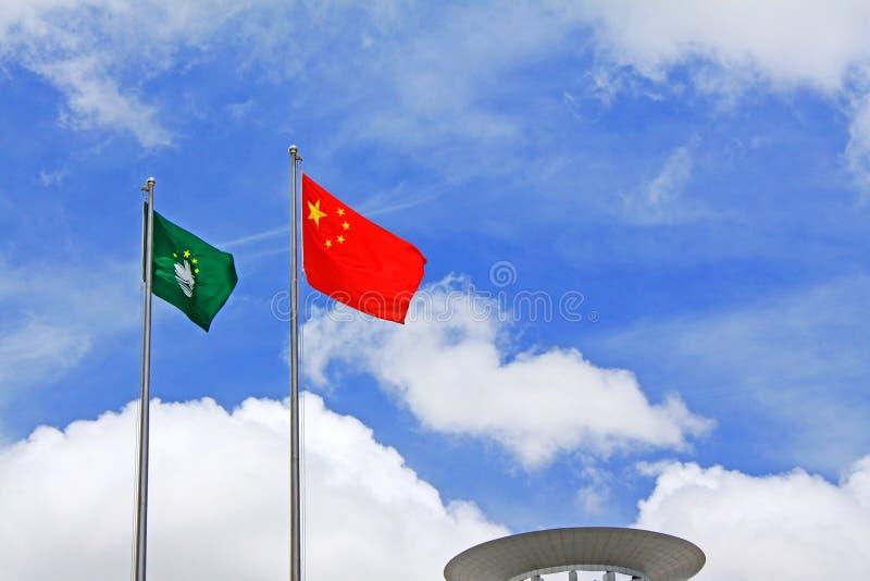 Macao och Kina flagga på guld- Lotus Square, Macao, Kina royaltyfria bilder