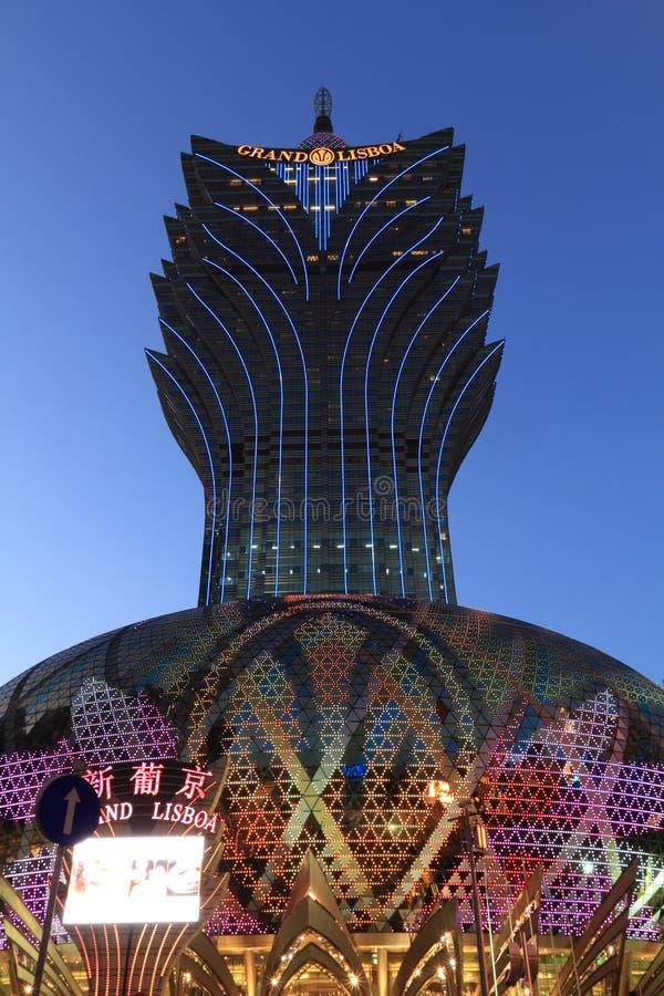 Macao: Storslaget Lisboa hotell på den blåa timmen royaltyfri fotografi