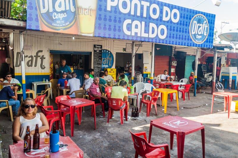 MACAPA, BRAZILIË - JULI 31, 2015: De mensen zitten in een openluchtbar in Macapa, Braz stock fotografie