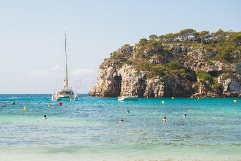 Macarella海湾巴利阿里群岛的梅诺卡岛从海滩看见的一 库存图片