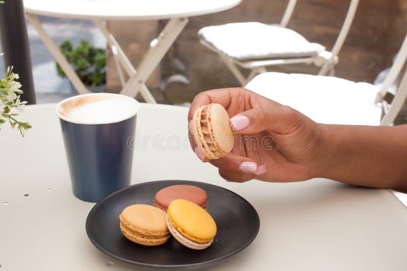 Macaron και καφές στοκ εικόνες