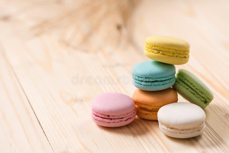 Macaron στο πιάτο στον ξύλινο πίνακα στοκ φωτογραφία