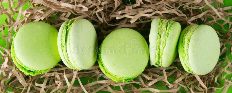 Macaron 5 вкусное печений фисташки, в красивом пакете стоковые фото