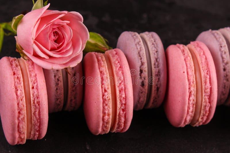 Macaron или печенье macaroons, вкусный десерт еда вареников предпосылки много мясо очень стоковые фото