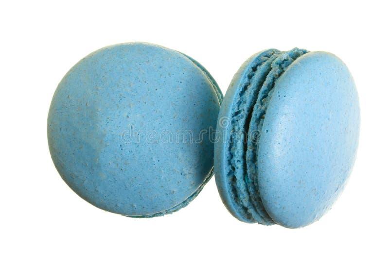 Macaron azul aislado en el fondo blanco sin un primer de la sombra Visión superior Endecha plana imagenes de archivo