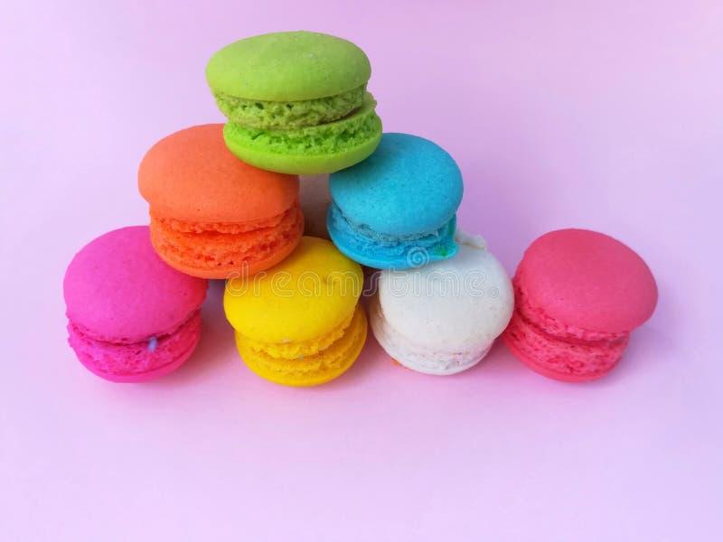 Macaron délicieux, forme de pyramide, couches colorées photos libres de droits