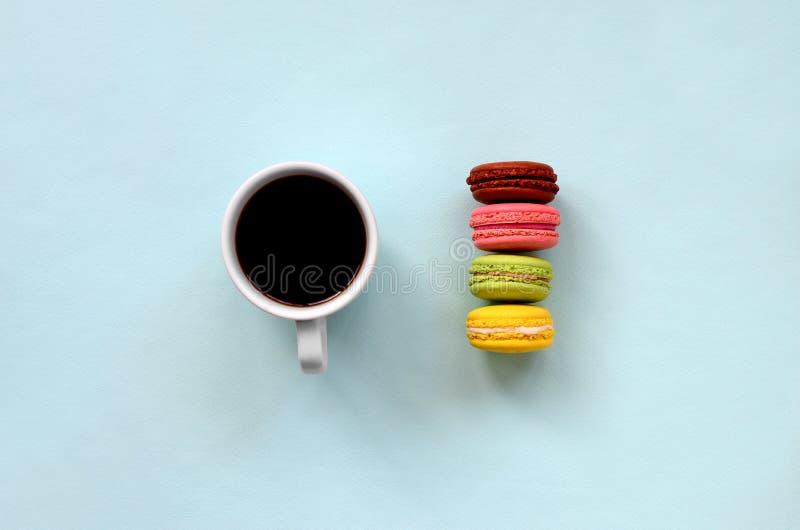 Macaron de la torta del postre o taza coloridos de los macarrones y de café en la opinión de top azul en colores pastel de moda d imágenes de archivo libres de regalías