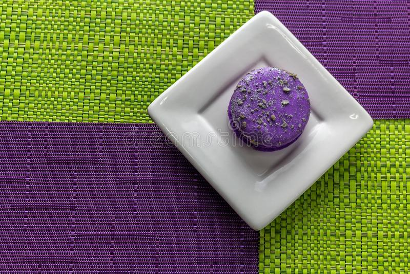 Macaron in einer quadratischen Platte auf Tischdecken mit Schachbrettmuster stockfoto