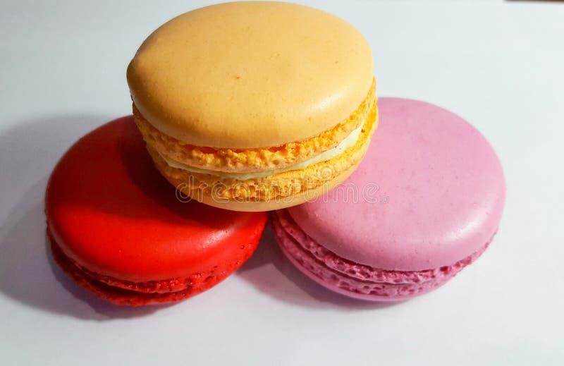 Macaron est une confection française des blancs d'oeuf, du sucre en poudre, du sucre granulé, des amandes moulues et du colorant  image libre de droits