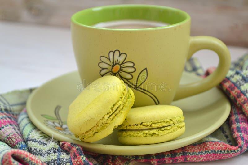Macaron för grönt te på lantlig bakgrund Makro tappning tonad bild arkivbilder