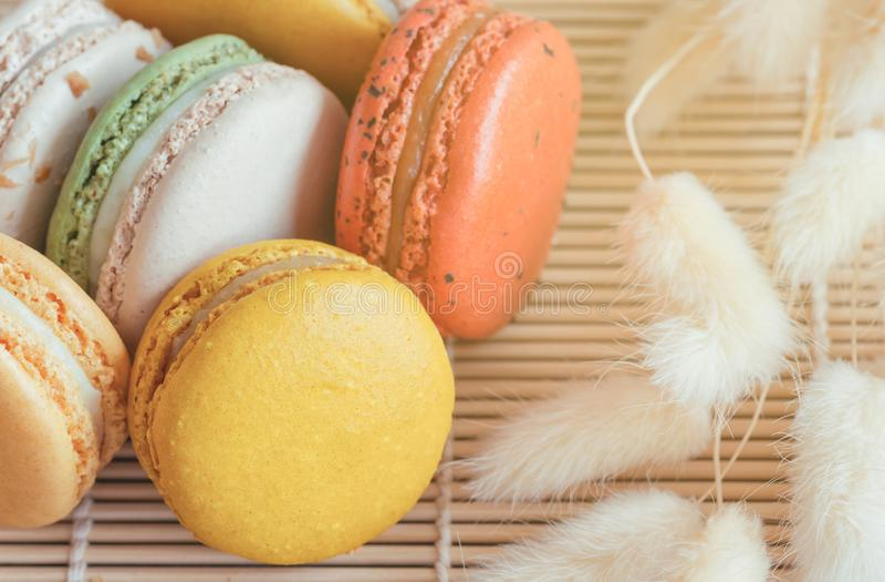 Macaron français coloré ou macaron italien sur le tapis en bambou Macaro images stock