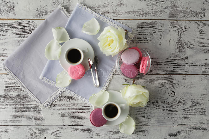 Macaron français doux et beau dans un pot et un expresso en verre images libres de droits