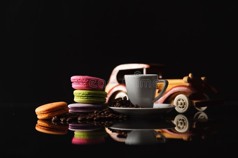 Macaron francés dulce y colorido de los macarrones con la reflexión encendido foto de archivo libre de regalías