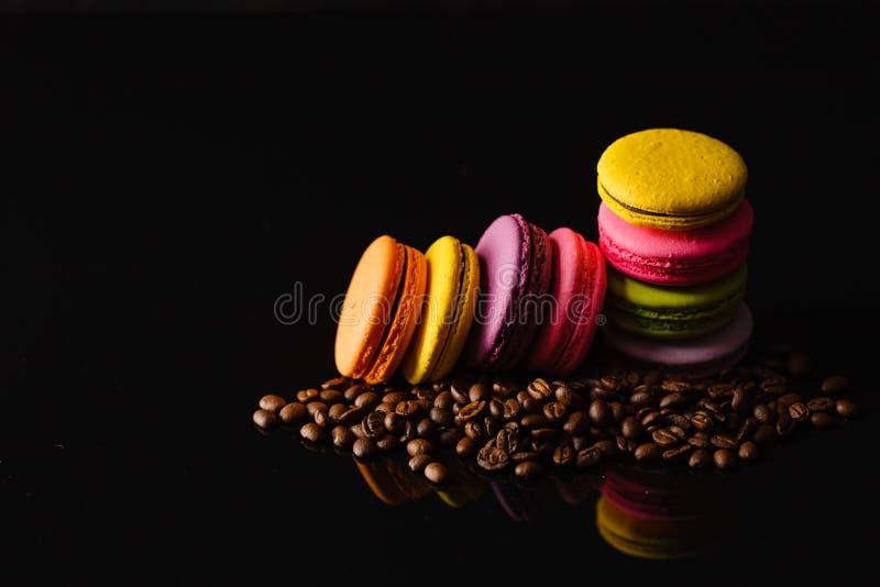 Macaron francés dulce y colorido de los macarrones con la reflexión encendido foto de archivo