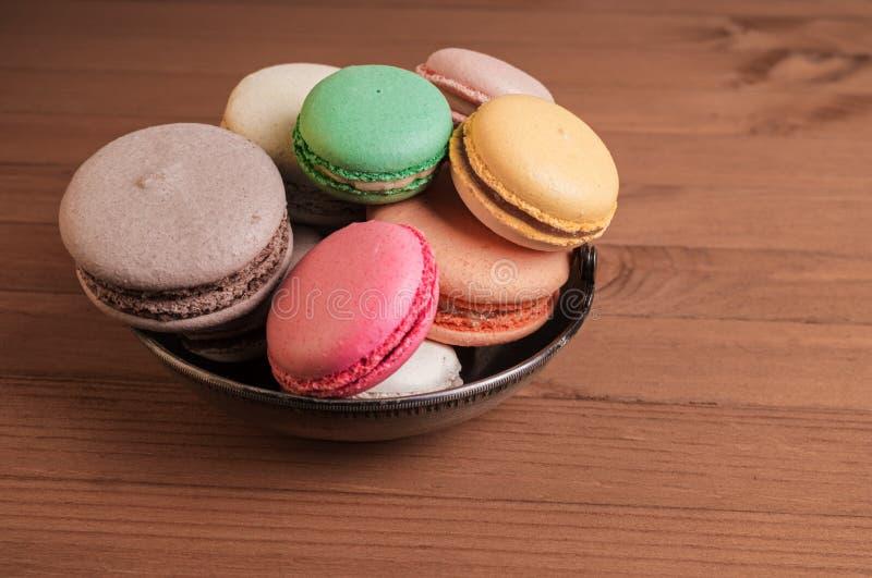 Macaron francese variopinto o pila italiana del macaron sul canestro immagine stock libera da diritti